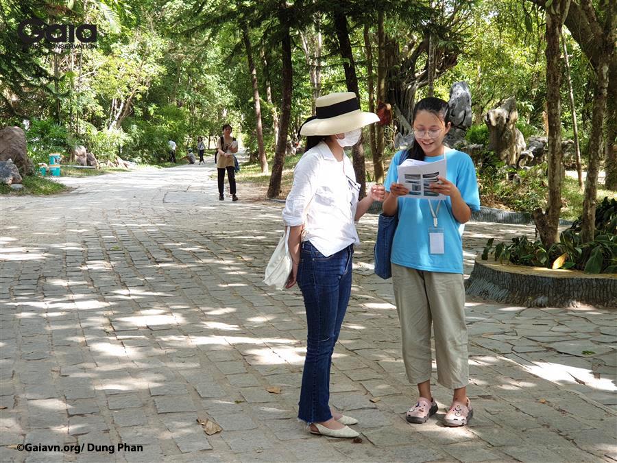 Thực tập khảo sát với một người dân tại chùa.